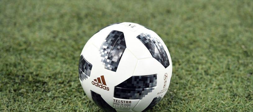 Un ballon sur une pelouse (illustration).