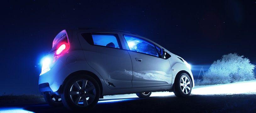 Une voiture arrêtée dans la nuit. Illustration.