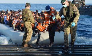 Des migrants débarquent d'un navire qui vient de traverser la Méditerranée mercredi 13 mai 2015.