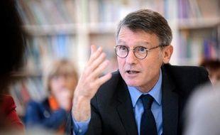 """Vincent Peillon a exhorté lundi les lycéens mobilisés pour demander l'arrêt des expulsions d'enfants scolarisés à ne pas recourir à la """"violence"""" et aux """"blocus""""."""