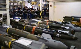 Des soldats français opèrent sur des missiles à bord du porte-avions Charles-de-Gaulle, le 22 novembre 2015