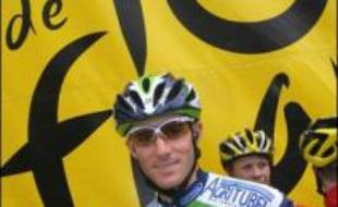"""""""Romain Feillu, toute la France est avec toi!"""": la banderole était bien en évidence, mercredi, dans un virage du bourg de Villiers-Saint-Georges (Seine-et-Marne), sur la quatrième étape du Tour."""