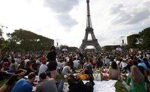 Des milliers de personnes attendent le début du Concert pour l'égalité, organisé par SOS Racisme sur le Champ-de-Mars, à Paris, le 14 juillet 2011.