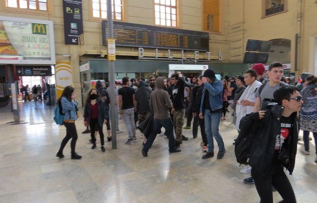 Les policiers ont évacué manu militari le hall de la gare.