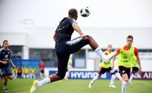 Djibril Sidibé doit pour l'instant se contenter de matchs d'entraînement dans cette Coupe du monde avec l'équipe de France, ici à Istra le 22 juin 2018.
