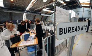 Les Français se sont assez fortement mobilisés pour le premier tour de l'élection présidentielle avec une participation qui atteignait 28,29% dimanche à midi en métropole, selon le ministère de l'Intérieur, malgré une baisse par rapport au premier tour de 2007 (31,21%).