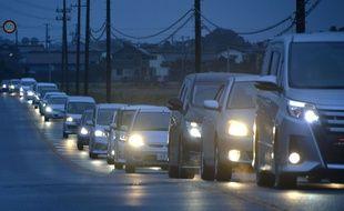 Des habitants fuient vers l'intérieur des terres à Iwaki, dans le département de Fukushima, après une alerte au tsunami à l'aube le 22 novembre 2016.