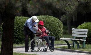 Un couple de personnes âgées dans un parc à Pékin.