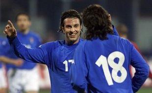 """L'ex-capitaine de la Lazio Rome Cristiano Doni, emprisonné dans le cadre des matches truqués par des parieurs, reconnaît son implication et dénonce """"l'omerta"""" et la mentalité en Italie qui facilitent cette tricherie, dans une interview à deux journaux parus samedi."""