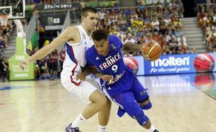 Edwin Jackson (F) prend de vitesse le Serbe Bogdan Bogdanovic lors du succès remporté par l'équipe de France en phase de poules de la Coupe du monde.