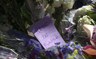 Des fleurs violettes déposées en hommage à Prince dans sa ville de Minneapolis, le 21 avril 2016.