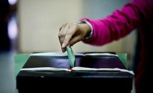 Une femme vote à Lisbonne le 29 septembre 2013