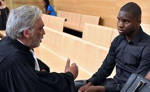 Le footballeur Odsonne Edouard en discussion avec son avocat Pierre Le Bonjour, lors de son procès le 13 juin au tribunal correctionnel de Toulouse.