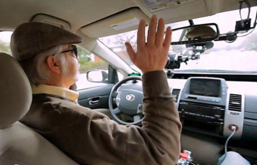 un homme aveugle se laisse conduire par la voiture autonome de google