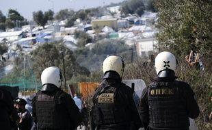 Des policiers anti-émeutes grecs prêts à «accueillir» un groupe de migrants sur l'île de Lesbos, en Grèce, le 2 mars 2020.