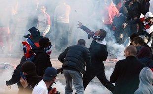Neuf supporteurs ultras du PSG ont été interpellés mardi, soupçonnés d'avoir provoqué les violences du 13 mai au Trocadéro qui avaient considérablement terni la remise du trophée de champion de France au club et conduit la droite à réclamer la tête du préfet de police.