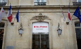 """Un peu plus de soixante agents de la région Ile-de-France se sont rassemblés vendredi matin devant la collectivité, à l'appel de trois syndicats, pour dénoncer la détresse au travail et le fait qu'il y ait eu, selon eux, """"deux suicides et cinq tentatives en six mois""""."""