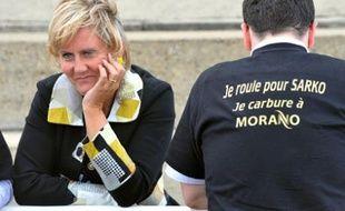 Nadine Morano, la secrétaire d'Etat à la Famille, avec un militant, le 6 septembre 2008 lors de l'université d'été de l'UMP, à Royan.