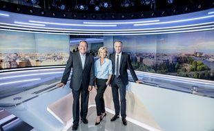 Jean-Pierre Pernaut, Claire Chazal et Gilles Bouleau prennent la pose dans le nouveau décor de TF1.