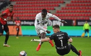 Le gardien du Stade Rennais a failli provoquer un penalty quand il est sorti face à l'attaquant du LOSC Timothy Weah, le 24 janvier 2021.