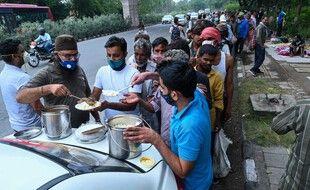 Lors d'une distribution de nourriture à des sans abris de New Delhi en Inde, pays durement touché par la pandémie.