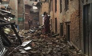 A Bhaktapur au Népal, une femme dans une rue dévastée par le séisme