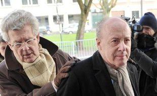 Me Hubert Delarue (g) et son client René Kojfer arrivent au palais de justice de Lille, le 5 février 2015