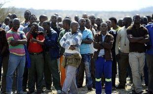 La direction de Lonmin a repoussé à mardi son ultimatum exigeant la reprise du travail des grévistes à la mine de platine de Marikana, dans le nord de l'Afrique du Sud, où 34 mineurs ont été tués jeudi par la police.