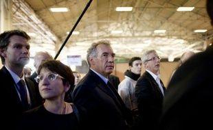 """L'UMP """"drague"""" le candidat du MoDem à la présidentielle, François Bayrou, tout comme """"quelquefois"""" le camp du candidat socialiste François Hollande, a déclaré vendredi sur BFMTV-RMC la directrice de campagne du candidat centriste, Marielle de Sarnez."""
