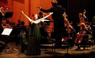 La chanteuse italienne Milva, en concert en Allemagne en 2000.