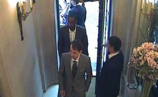 Deux hommes ont été filmé en train d'entrer dans la bijouterie Graff à Londres le 6 août 2009.