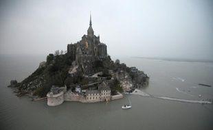 Vue aérienne du Mont-Saint-Michel entouré par la mer à marée haute, le 20 mars 2015