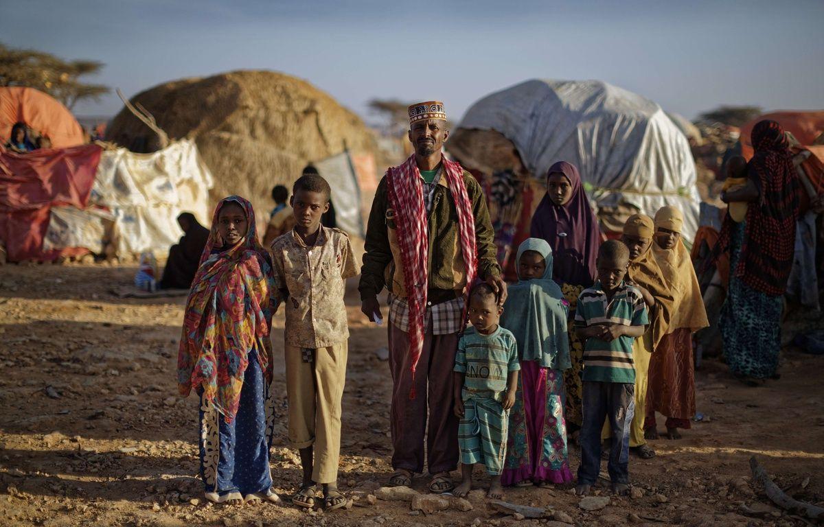 Une famille de déplacés en Somalie, dans le camp de Qardho où affluent les réfugiés fuyant la sécheresse. En Somalie, la famine risque de toucher des millions de personnes. – Ben Curtis/AP/SIPA