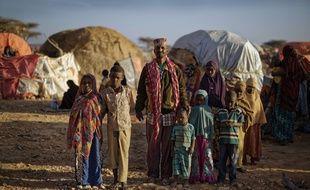 Une famille de déplacés en Somalie, dans le camp de Qardho où affluent les réfugiés fuyant la sécheresse. En Somalie, la famine risque de toucher des millions de personnes.