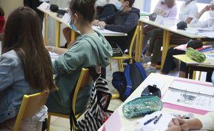 Des collégiens portant un masque durant les cours.