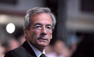 Un des probables futurs candidats à la tête du Medef, le directeur des marques de PSA Peugeot Citroën Frédéric Saint-Geours critique vendredi son actuelle présidente Laurence Parisot qui souhaite modifier les statuts de l'organisation patronale et rester à sa tête.