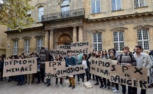 Les étudiants ont manifesté mardi devant l'IEP.