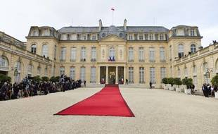Un tapis rouge déroulé au palais de l'Elysée avant l'intronisation d'Emmanuel Macron, en mai 2017.
