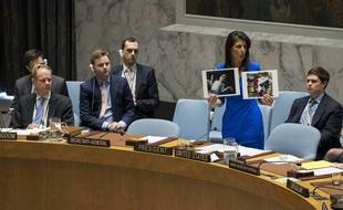 Nikki Haley, l'ambassadrice américaine à l'ONU, montre des photographies d'enfants syriens touchés par l'attaque chimique, lors du Conseil de sécurité de l'ONU le 5 avril 2017.