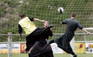 Un match de football entre séminaristes en Suisse. Illustration.