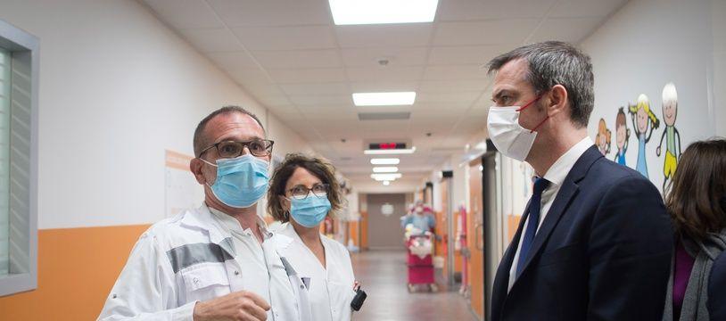 Olivier Veran en visite à l'hôpital de Brignoles dans le sud de la France.