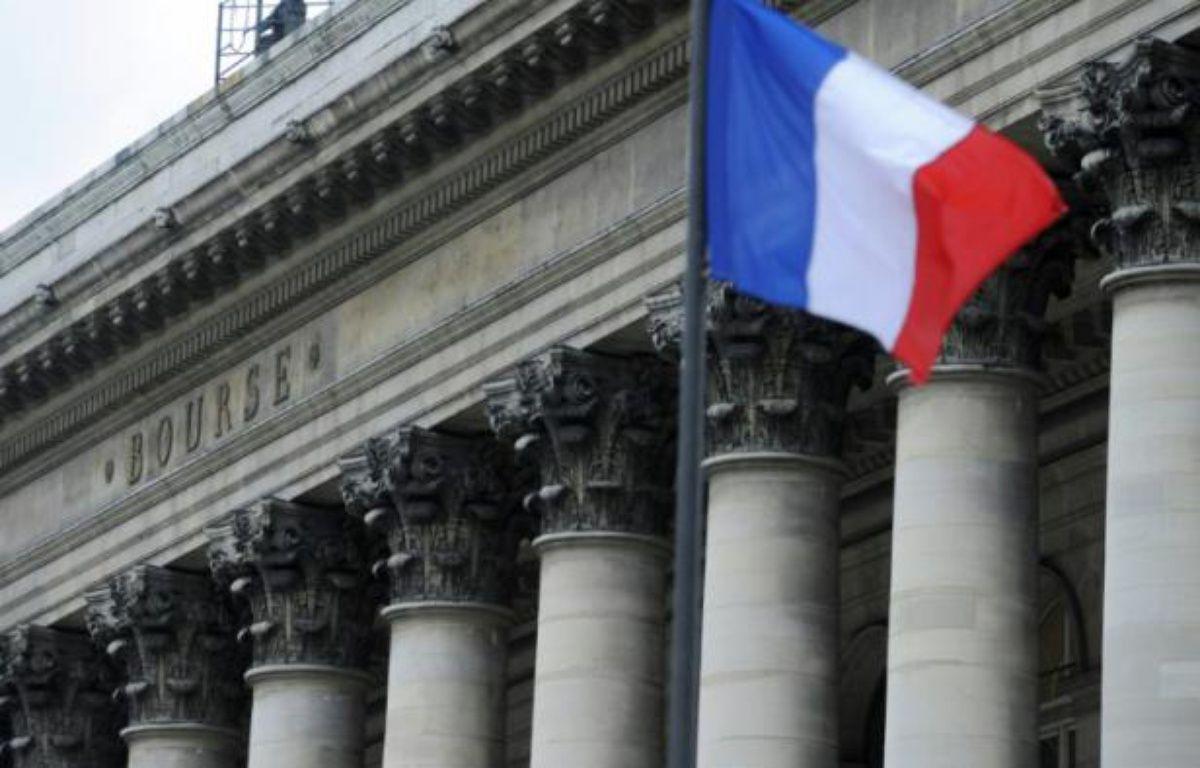 Un drapeau français flotte devant le palais Brongniart – Stephane de Sakutin AFP