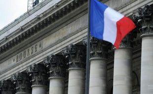 Un drapeau français flotte devant le palais Brongniart