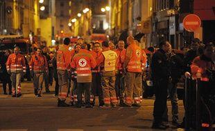 Les secours vendredi soir à côté de la salle de concert du Bataclan.