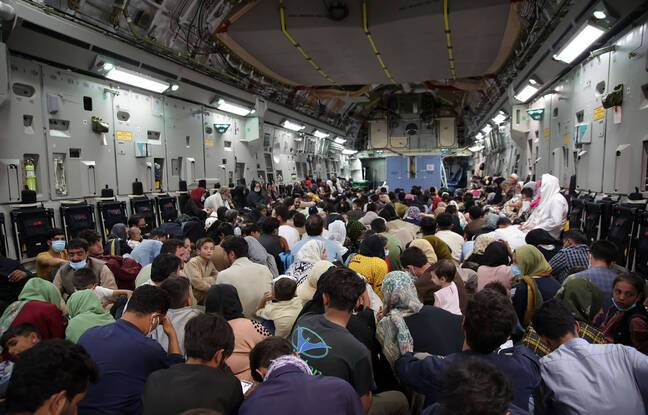 Des réfugiés évacués de l'aéroport de Kaboul, le 28 août 2021.