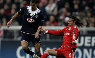 Le Bordelais Marouane Chamakh à la lutte avec le Bavarois Martin Demichelis, lors du match de Ligue des champions Bayern Munich-Bordeaux, mardi 3 novembre 2009.