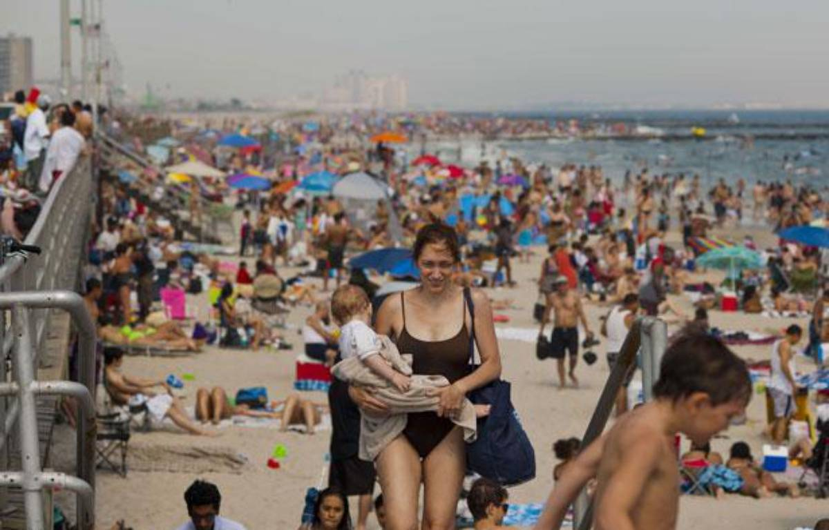 Les plages proches de New York sont prises d'assaut par les citadins cherchant à fuir la canicule, le 30 juin 2012. – RICHARD B. LEVINE/NEWSCOM/SIPA