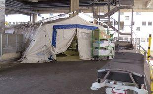 Des tentes provisoires installées devant l'accueil des urgences du CHU de Nantes.