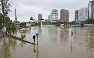 Le quai Louis Bleriot sur la Seine pres de la Maison de la Radio inonde en raison de la crue du fleuve suite a des pluies torrentielles.