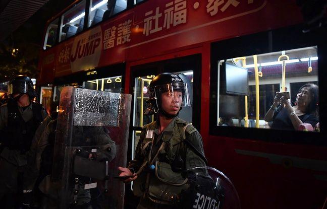 A Hong Kong, de nombreuses insultes fusaient des rangs des manifestants en direction de la police, au centre depuis des semaines de l'ire des contestataires, ceux-ci l'accusant de violences.